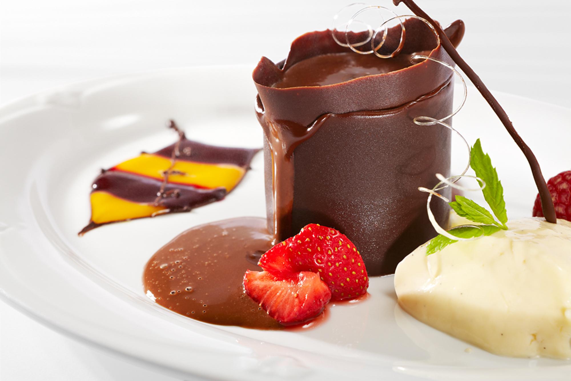 Vanillecrème mit Mangosorbet und Schokolade